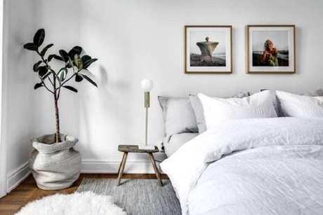 37 – Bancos como mesa de cabeceira compõem a decoração de quarto simples. Fonte Toca da Oca