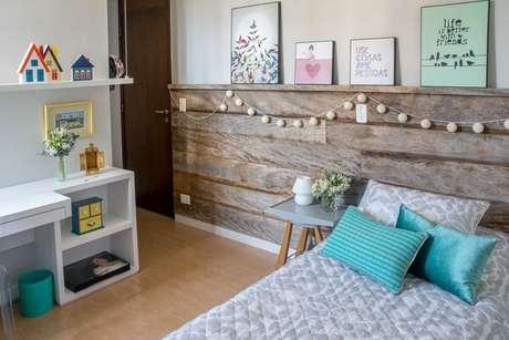 10 – Cabeceira de madeira demolição compõem a decoração de quarto simples e barato. Projeto de Danyela Corrêa