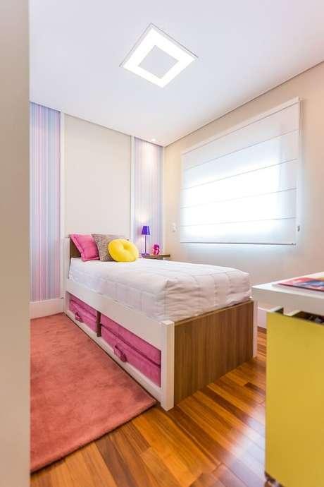 11 – Cama com gaveta auxilia na organização da decoração do quarto de menina simples. Projeto de BY Arq&Design