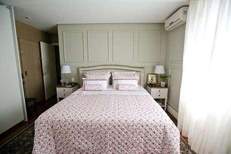 15 – Decoração de quarto de casal com criado-mudo branco. Projeto de Codecorar