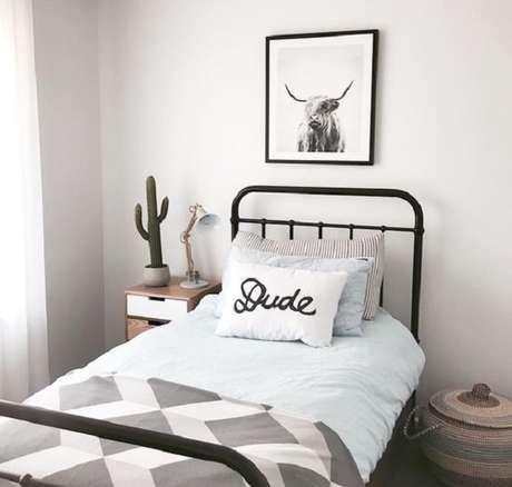 41 – Decoração de quarto simples com cama de solteiro. Fonte Pinterest