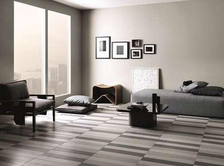 22 – Decoração de quarto simples com piso listrado em tons de cinza. ProjetoPortobello