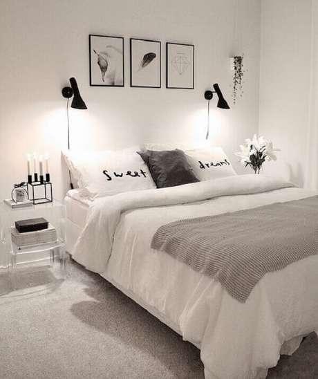 43 – Decoração de quarto simples de casal em tons branco e preto. Fonte Home Decor