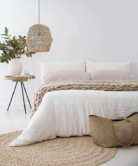 44 – Decoração de quarto simples mesclando entre as cores branco e tons de areia. Fonte Pinterest