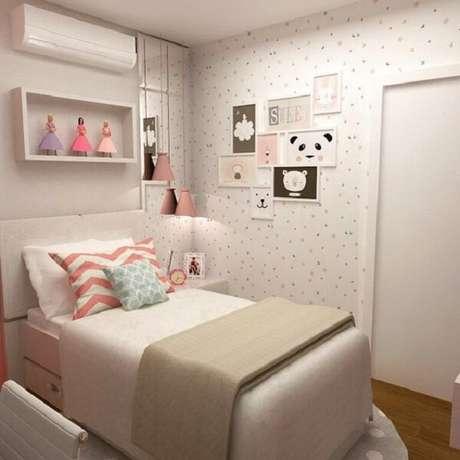 28 – O papel de parede complementa a decoração de quarto simples de menina. Fonte: Pinterest