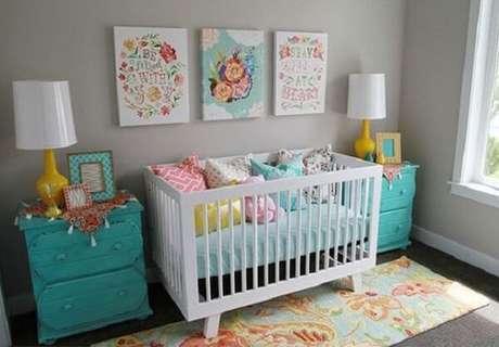 60 – Detalhes coloridos fazem a diferença na decoração do quarto simples e bebê. Fonte: Sou Mãe