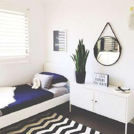 47 – Espelho redondo compõem a decoração do quarto simples. Fonte: Pinterest