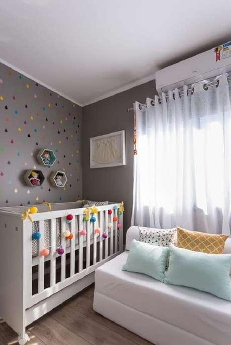 62 – Móveis brancos complementam a decoração do quarto simples de bebê. Fonte: A mãe coruja