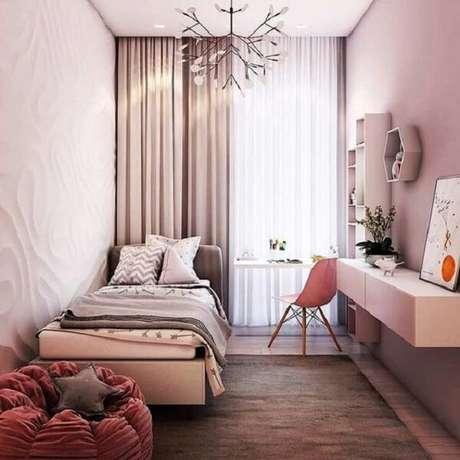 63 – O puff complementa a decoração do quarto simples de menina. Fonte: Decor Fácil