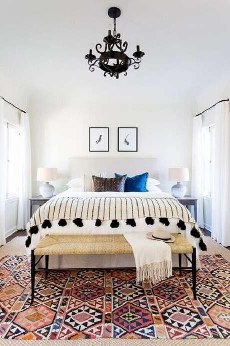 49 – O recamier ao pé da cama que compõem a decoração de quarto simples serve de apoio para acessórios do casal. Fonte Casoca