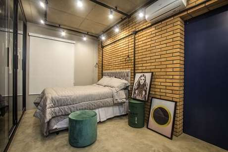 2 – Parede de tijolinho compõem a decoração de quarto simples de casal. Projeto de Verassiano Arquitetura