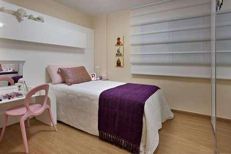 29 – Piso laminado de madeira compõem a decoração do quarto simples de menina. Projeto de Gislene lopes