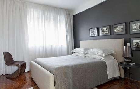 51 – Poucos móveis compõem a decoração de quarto simples de casal. Fonte Feito Decoração