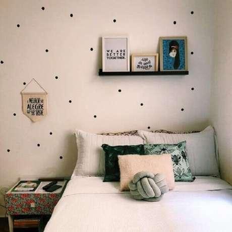 52 – Prateleira para quadros acima da cama complementam a decoração do quarto simples. Fonte Dicas de Mulher