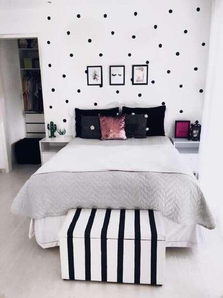 53 – Puff baú além de ser funcional complementa a decoração do quarto simples. Fonte No Decora