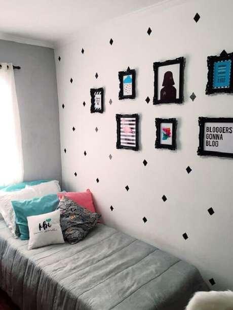 56 – Quadros em moldura preta complementam a decoração do quarto simples. Fonte Pinterest