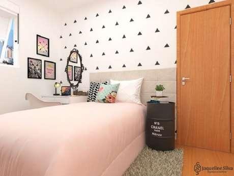 57 – Tambor metálico como mesa de cabeceira complementa a decoração do quarto simples. Fonte Jaqueline Silva Arquitetura
