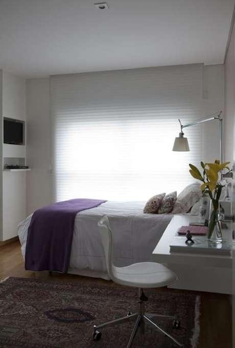 32 – Tapete estampado compõem a decoração de quarto simples. Projeto de Antônio Ferreira Junior e Mário Celso Bernardes