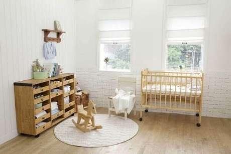 34 – Utilize móveis de madeira na decoração de quarto simples de bebê. Fonte: When In Man Old Man