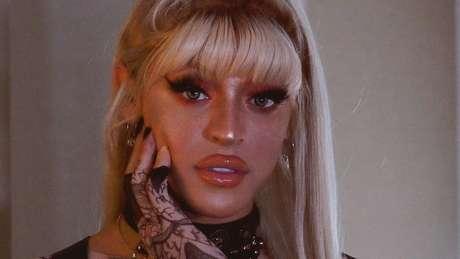 Ela viaja sem maquiador e diz que aprendeu a se 'montar' vendo tutoriais na internet