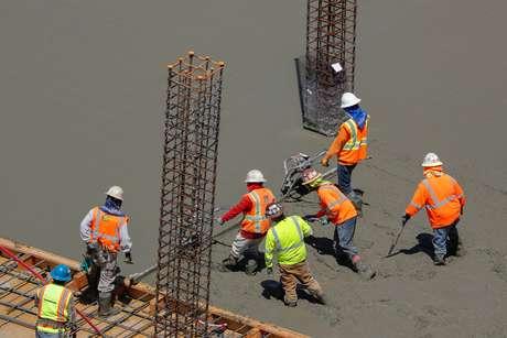 Operários da construção civil trabalham em San Diego, na Califórnia 23/03/2019 REUTERS/Mike Blake