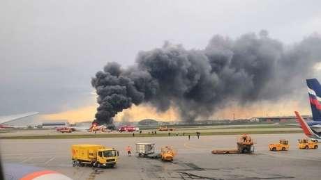 Avião em chamas na pista do aeroporto de Sheremetyevo
