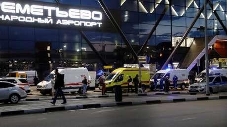 Ambulâncias aguardam em frente ao terminal do aeroporto de Sheremetyevo, em Moscou