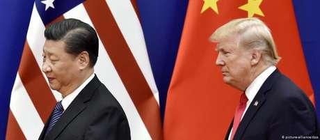 O presidente da China, Xi Jinping, e Donald Trump. Líder americano disse que negociações com chineses tem sido lentas demais