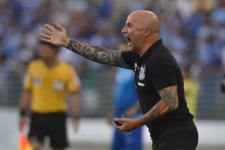 Sampaoli enfrentou o calor do Nordeste à beira do campo, em Maceió (foto: Ivan Storti/Santos FC)