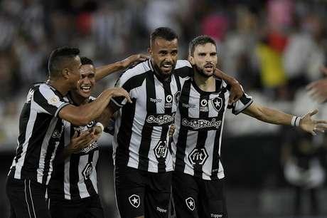 Alex Santana sai do banco para fazer o gol da vitória do Botafogo contra o Fortaleza