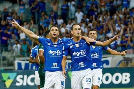 Em um jogo movimentado no Mineirão, o Cruzeiro bateu o Goiás por 2 a 1 e conquistou sua segunda vitória no Campeonato Brasileiro