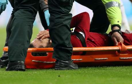 Mohamed Salah retirado de campo de maca após sofrer lesão na cabeça em jogo do Liverpoll 04/05/2019 REUTERS/Scott Heppell