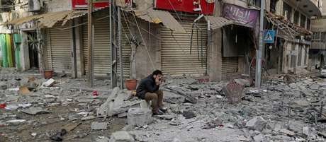 Prédio atingido por bombardeio israelense na cidade de Gaza