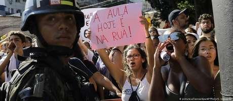 Manifestantes em frente ao Colégio Militar do Rio. Polícia do Exército acompanhou protesto