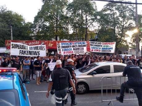 Torcida protestou em São Januário (Foto: Reprodução/Twitter)