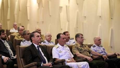 Bolsonaro em reunião com ministro da Defesa e comandantes militares