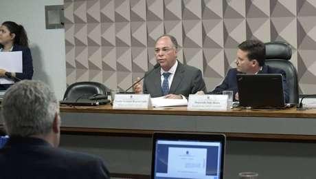 Fernando Bezerra (à esq.)com o deputado João Roma (PRB-BA), presidente da comissão, em sessão nesta terça-feira