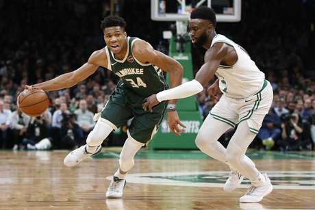 Giannis Antetokounmpo, do Milwaukee Bucks, tenta driblar Jaylen Brown, do Boston Celtics