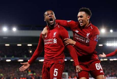 Alexander-Arnold comemora gol do Liverpool com Wijnaldum
