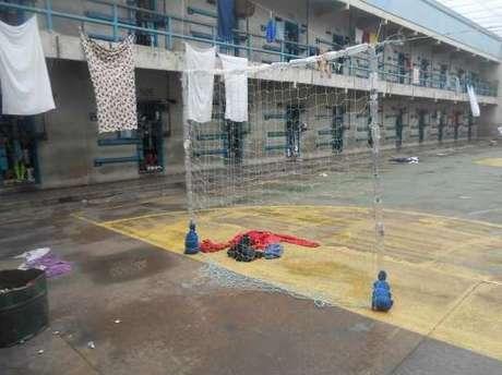 Portas de celas da penitenciária, de frente para a quadra com gol improvisado