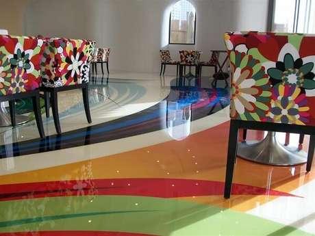 10 – As cores do piso líquido 3D se harmonizam com os móveis do ambiente. Fonte: Clique Arquitetura