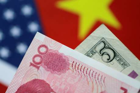 Notas de dólar e de iuan ante bandeiras dos EUA e da China 02/06/2017 REUTERS/Thomas White/Illustration