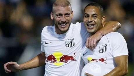 Uillian Correia e Ytalo (dir.) comemoram o gol na vitória do Bragantino