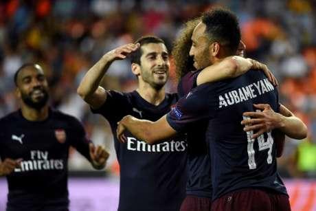 Mkhitaryan (centro) comemora celebra com companheiros na vitória sobre o Valencia (Foto: AFP)