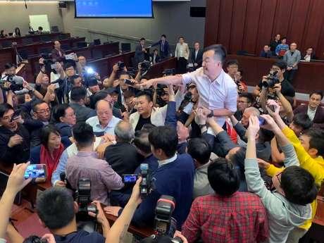Parlamentares entraram em confronto físico em Hong Kong