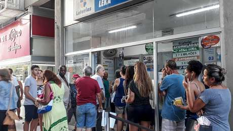 Apostadores enfrentam filas em lotérica localizada na zona oeste da cidade do Rio de Janeiro, RJ