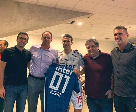 Hernanes entregou uma camisa a Rogério Ceni antes da partida contra o Fortaleza