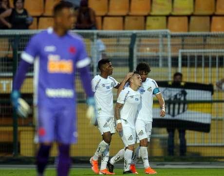Rodrygo (E), do Santos, comemora seu gol durante partida contra o Vasco, válida pela 4ª rodada do Campeonato Brasileiro 2019, no Estádio do Pacaembu, na zona oeste da capital paulista