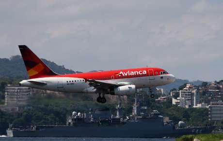Aeronave da Avianca pousa no aeroporto Santos Dumont, no Rio de Janeiro  03/04/2019 REUTERS/Sergio Moraes