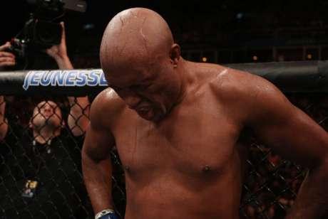 Anderson Silva publicou mensagem otimista após derrotar e lesão no joelho no UFC Rio (Foto: Getty Images)
